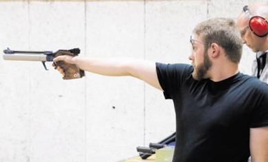 Eine überzeugende Leistung bot Christian Eggers (PSG Groß-Gerau, vorn) beim Rundenstart in der Luftpistolen-Hessenliga. Foto: Werner Wabnitz